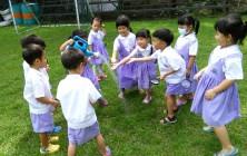 สำรวจไม้ยืนต้นในโรงเรียนทอสีกับเด็กๆ อนุบาล ๒